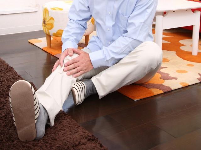 突然膝が腫れる 原因